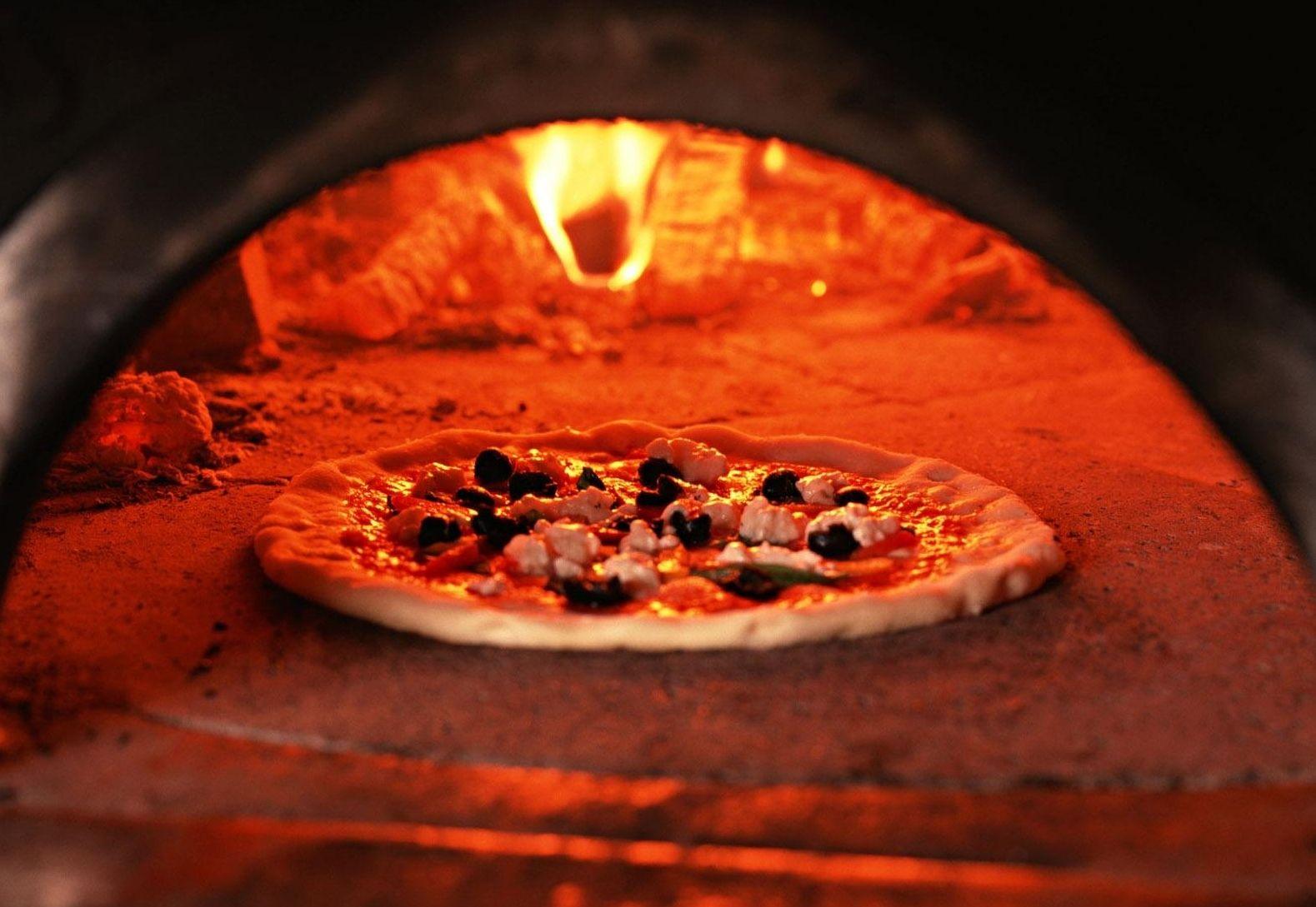 Pizza em forno de lenha...brevemente!| Baked pizza...coming soon!