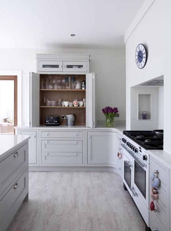 Küchenzeile Holz Grau Schrank Falttüren Regale Landhaus Flair