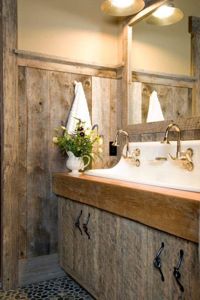 Rustikale Holzschränke und glanzvolle Wascharmatur für Badezimmer ...