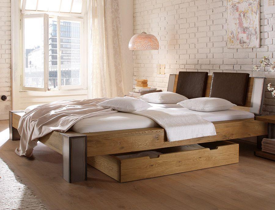 Massives Holzbett in rustikalem Charme. | Betten.de #industrial ...