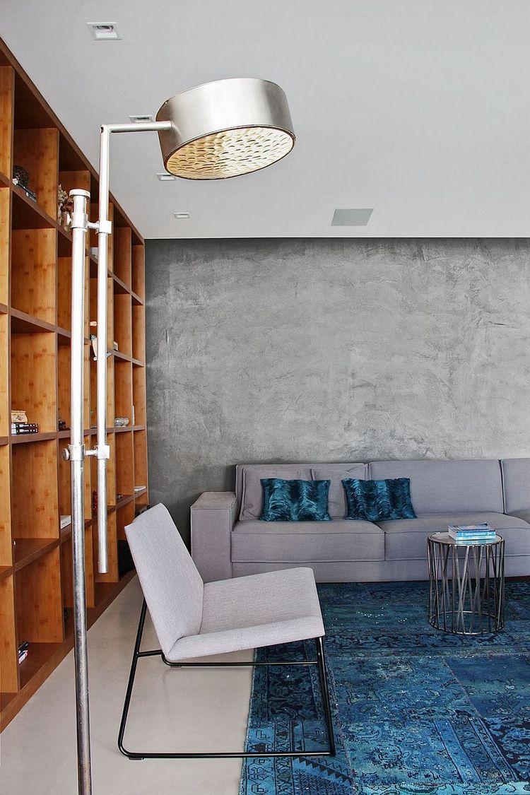 Peinture effet béton meuble de rangement en bois canapé gri set tapis bleu à