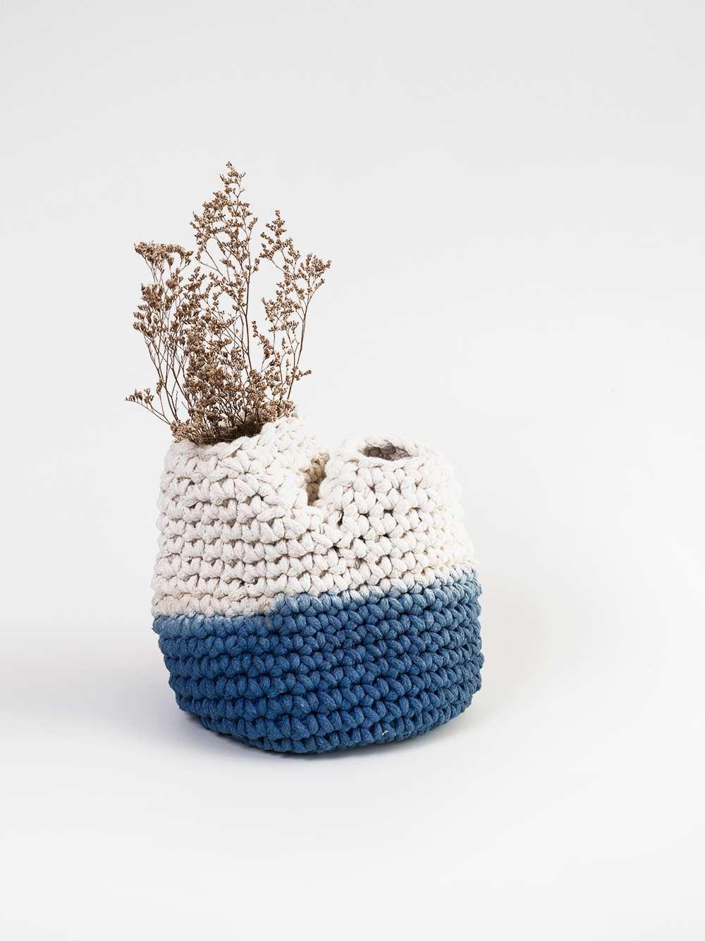vaso calor duas bocas azul feito em crochê com resíduos texteis à mão