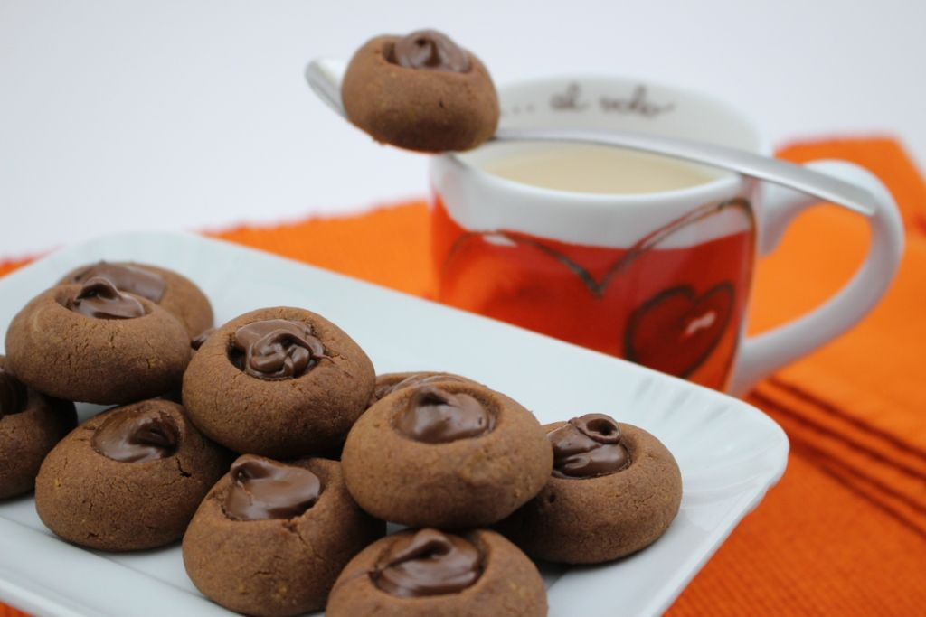 Biscotti alla nutella con tuorli sodi Per i più golosi, i biscotti con i tuorli sodi li possiamo anche fare cioccolatosi, unendo il cacao all'impasto e rie
