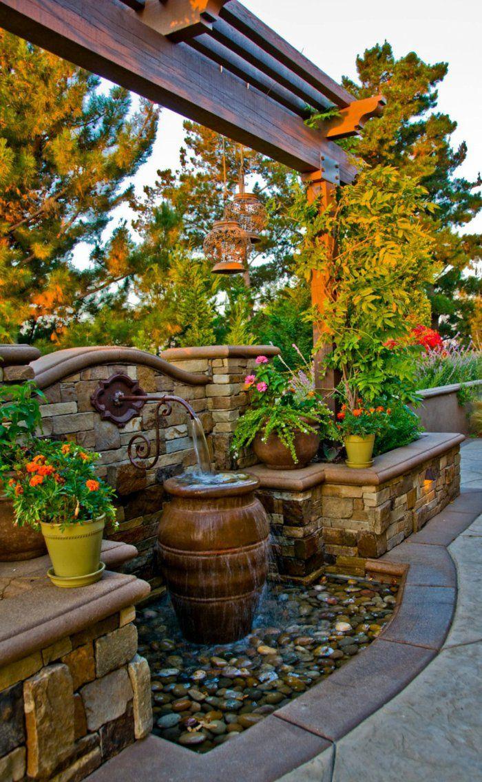 gartenbrunnen farbige gartengestaltung steine pflanzentöpfe ...