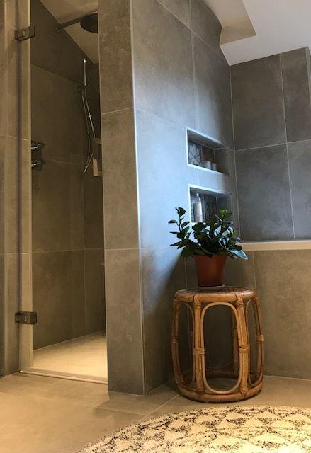 Wauw! Wij zijn onwijs fan van deze badkamer opgeleverd in Rheden ...