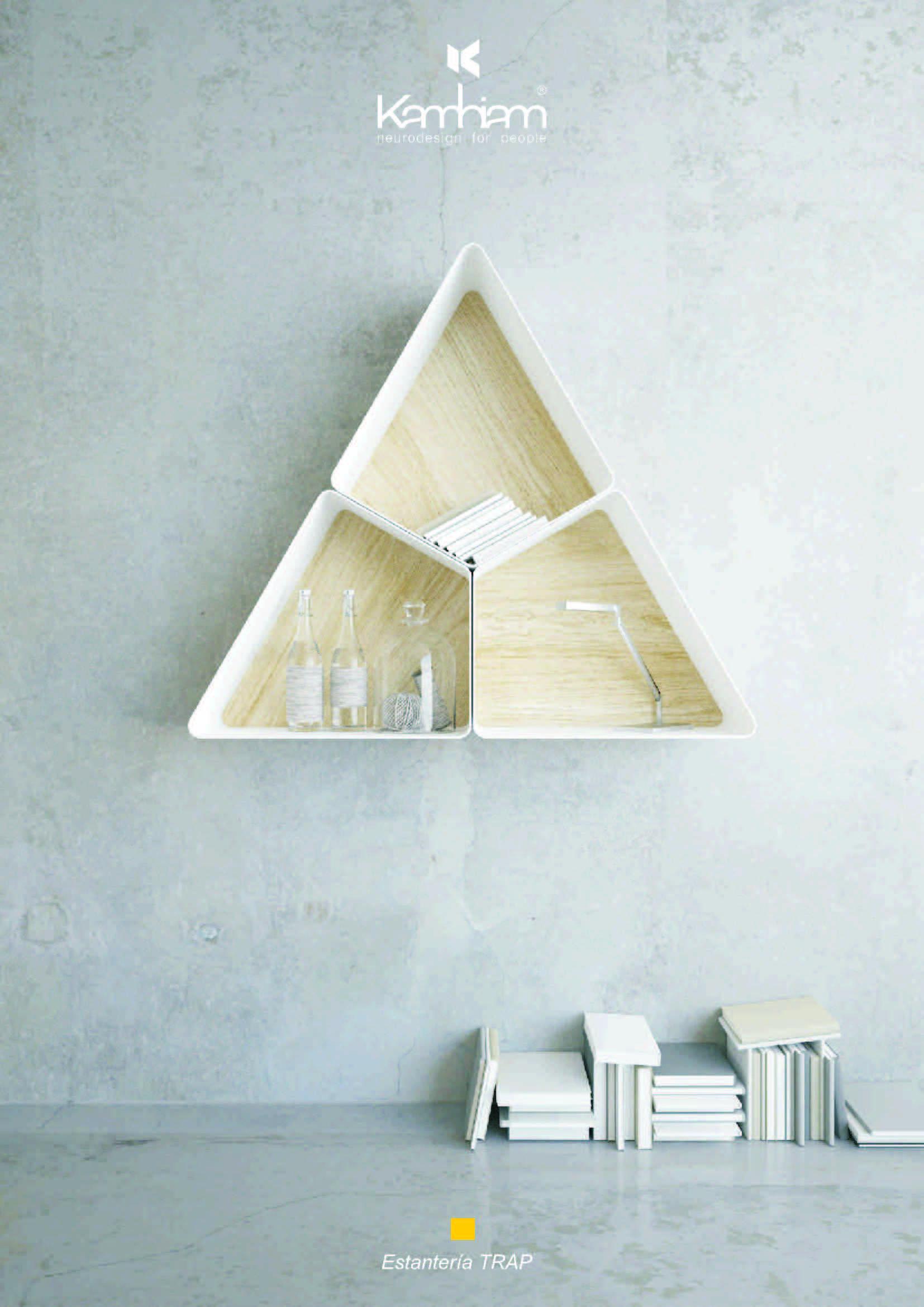 Estantería Formada Por 3 Módulos En Triángulo Con Panel De