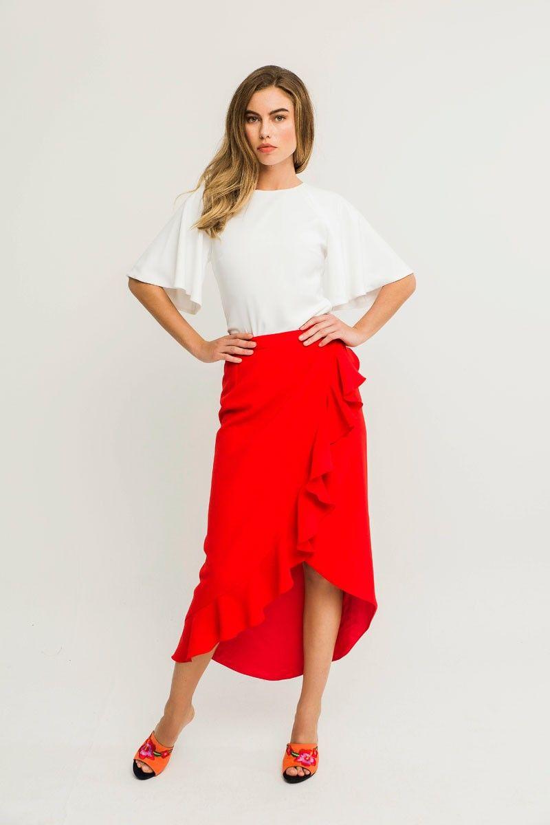 f14a23122a Espectacular falda midi roja con volantes ideal para combinar con una blusa  de  Apparentia y