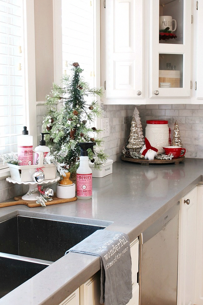 Beautiful simple Christmas kitchen decor ideas! Click through for the full Christmas kitchen home tour. #christmasdecor #christmasdecorating #christmaskitchen #mrsmeyers #farmhousestyle #farmhousechristmas #vintagechristmas