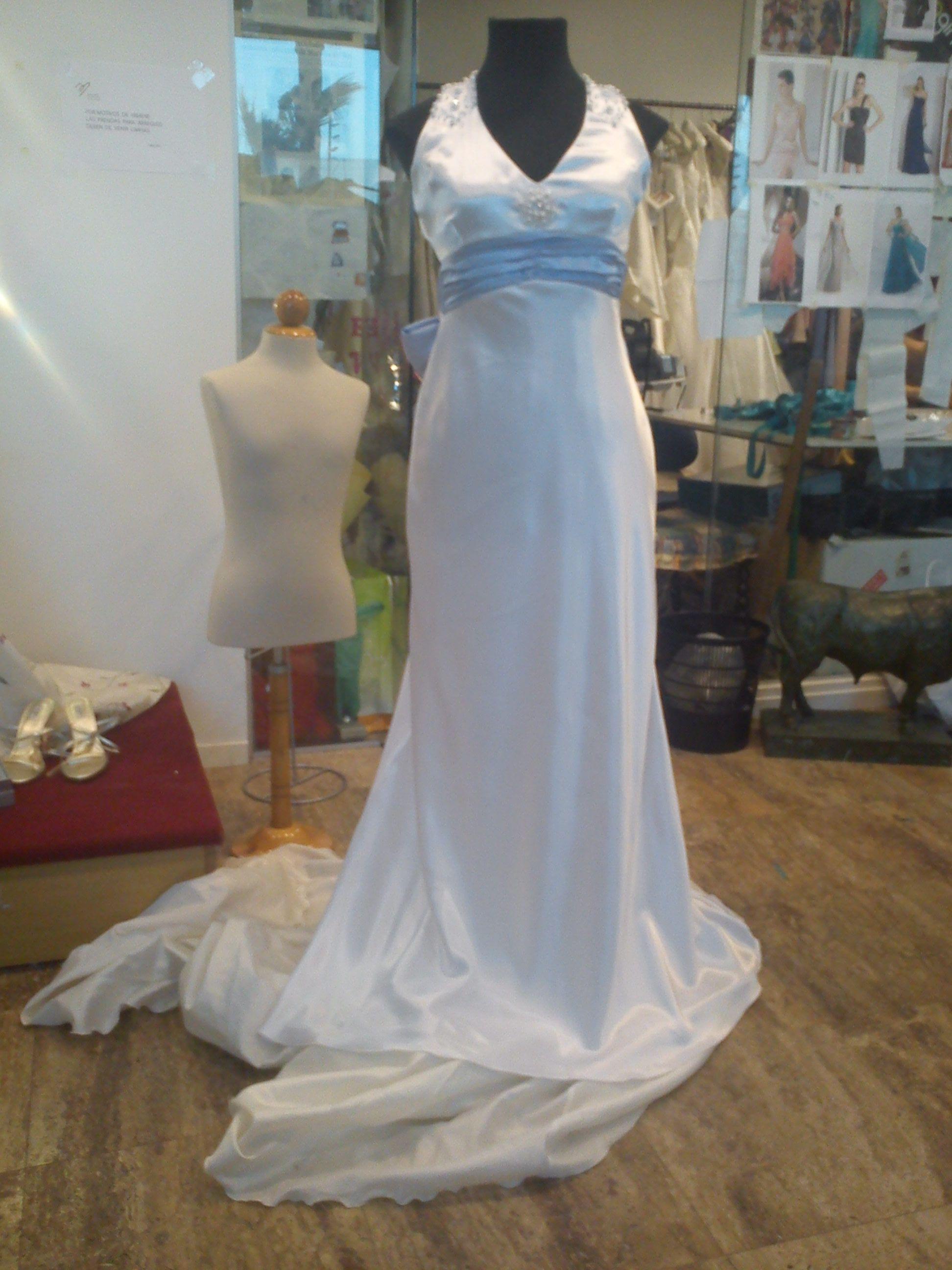 Vestido de novia en raso blanco con lazada celeste y pedreria en ...