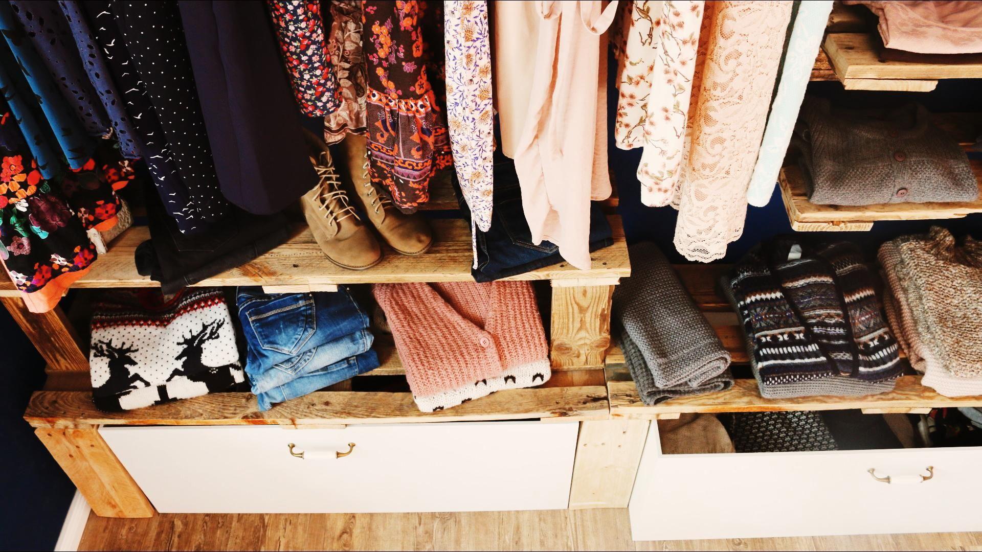 begehbarer kleiderschrank oder regalsystem haus. Black Bedroom Furniture Sets. Home Design Ideas