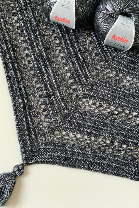 Triangle shawl: free crochet pattern to make the This Is Me Shawl