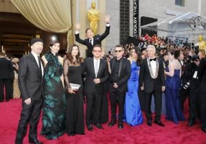 Oscars 2014: Benedict Cumberbatch photobombs U2 on red carpet.  This is why I love him