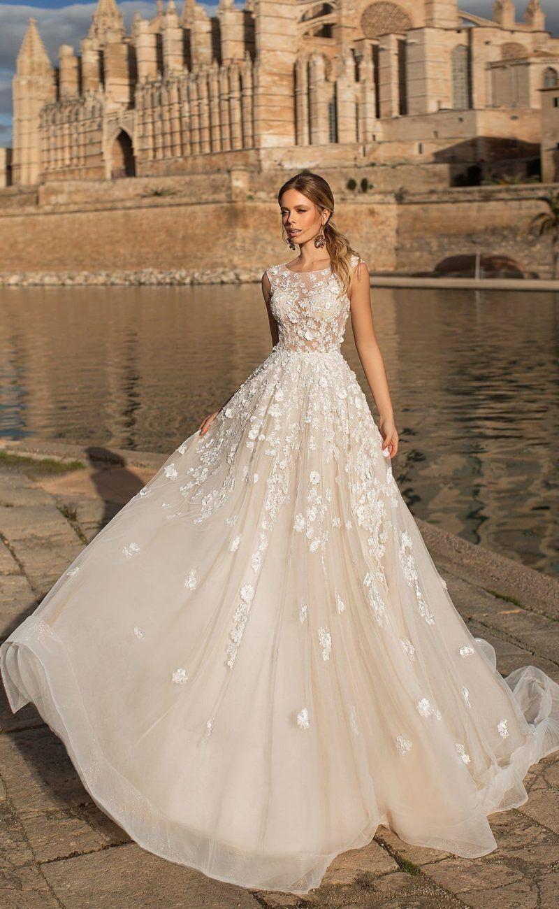 98261c4c3cd Пышное свадебное платье цвета слоновой кости с белыми аппликациями.