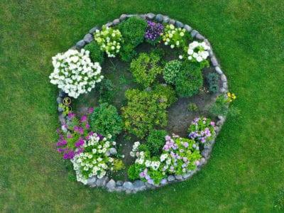 Flower Bed Circle Design How To Grow Flowers In A Circle Backyard Flowers Beds Flower Bed Designs Garden Flower Beds