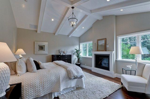 moderne Schlafzimmer-Gestaltung mit Schräge-weiße textilien-sessel ...