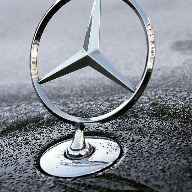 Zu Lande, zu Wasser und in der Luft. ⭐️ #MBBerlin #MBDetails #MBhotandcool #MBLove #MBLife #MBFamily #MBStar #DasBesteOderNichts #Sonne #drops #cold #winter #autumn #detailverliebt #Mercedes #Benz #MercedesBenz #closeup #Logo