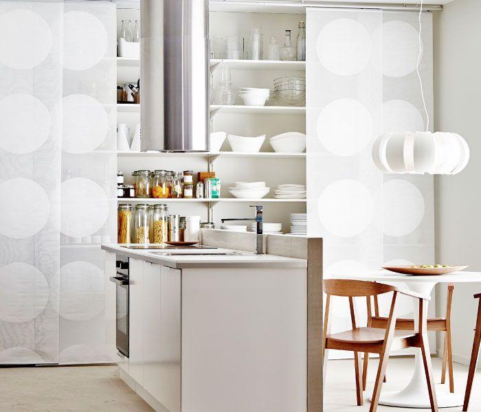 Kleine Küche mit Kücheninsel und verborgener Ablage, u a mit - kleine küchenzeile ikea
