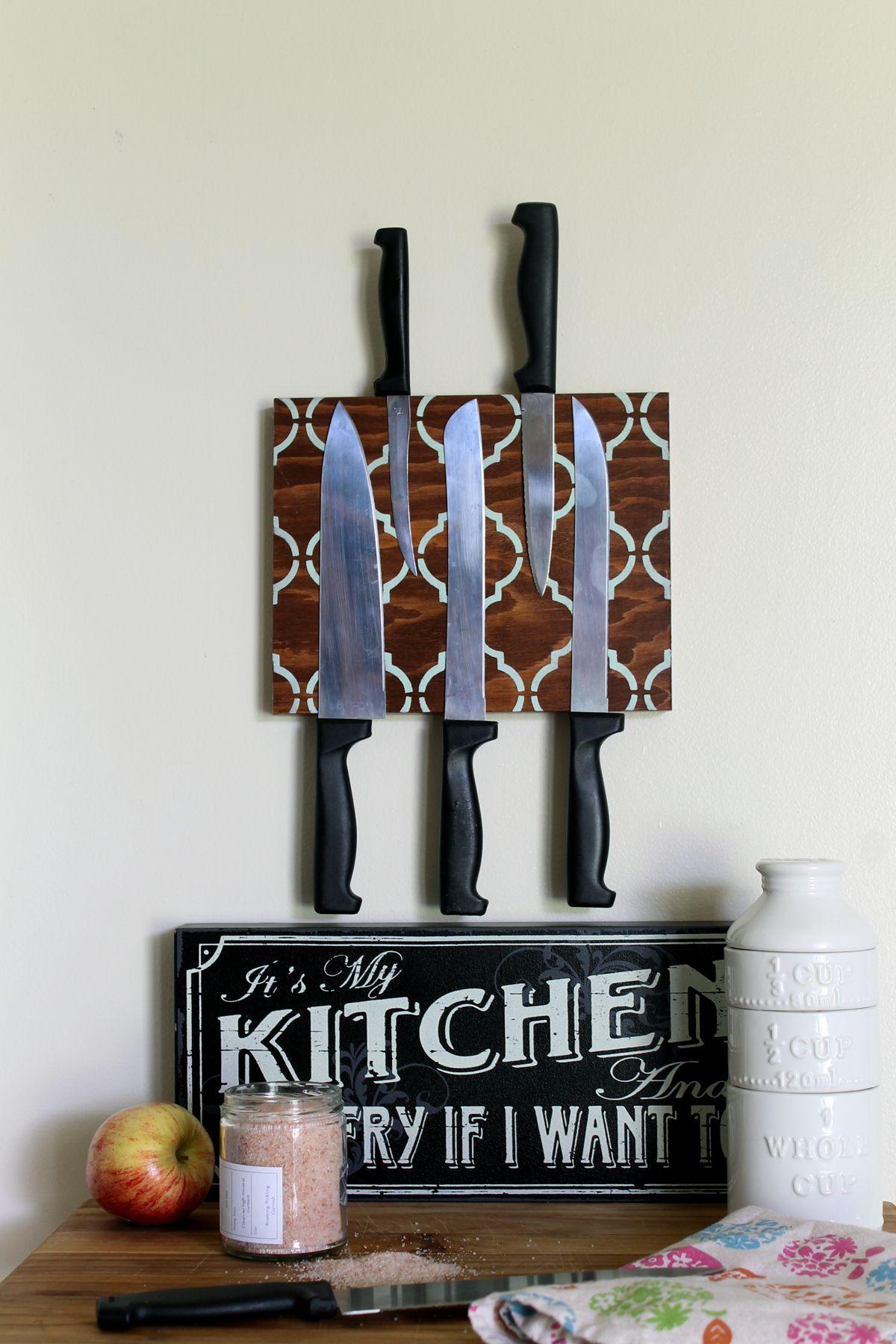 Faça um bloco de faca magnética para a sua cozinha!  Uma ótima maneira de organizar suas facas à vista e fora do caminho!