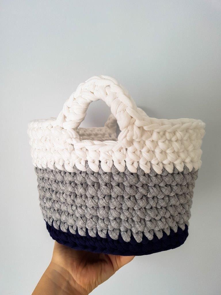 A FREE crochet toy basket pattern using t-shirt yarn | Tejido