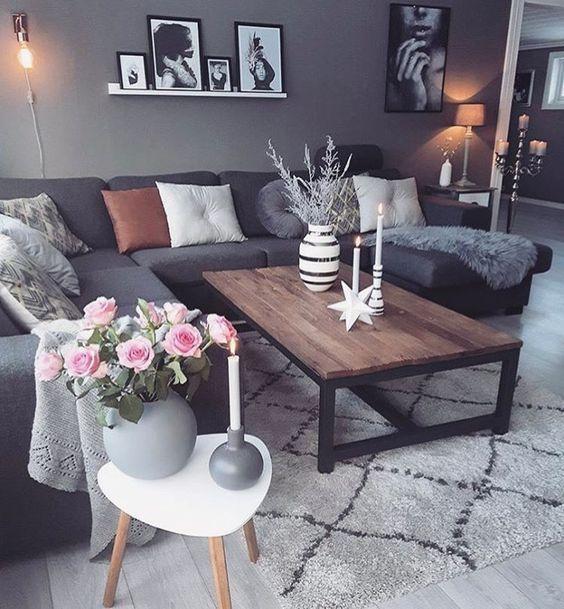 Pared gris y sofa negro con mi alfombra marrn en vez de