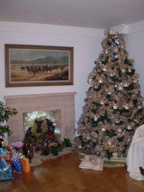Arvore De Natal Decorada Com Presepios De Gesso E Lacos Dourados