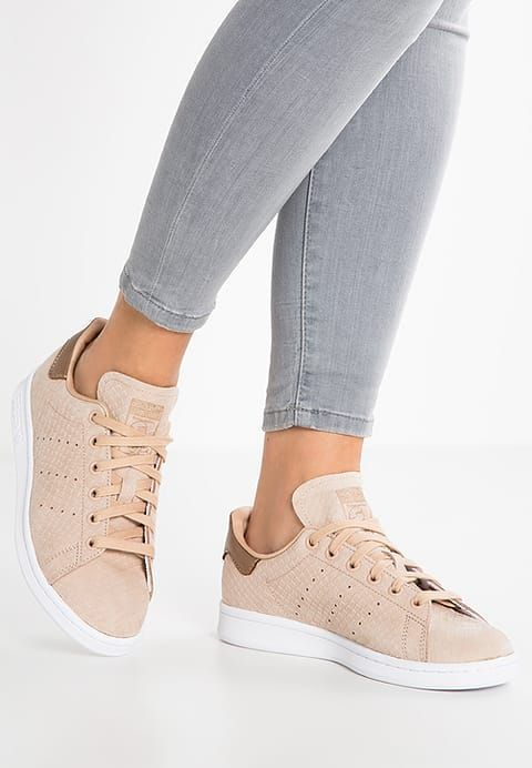 Trendy Sneakers 2017  2018   Chaussures adidas Originals STAN SMITH Baskets  basses pale nude whi 24596bf26105