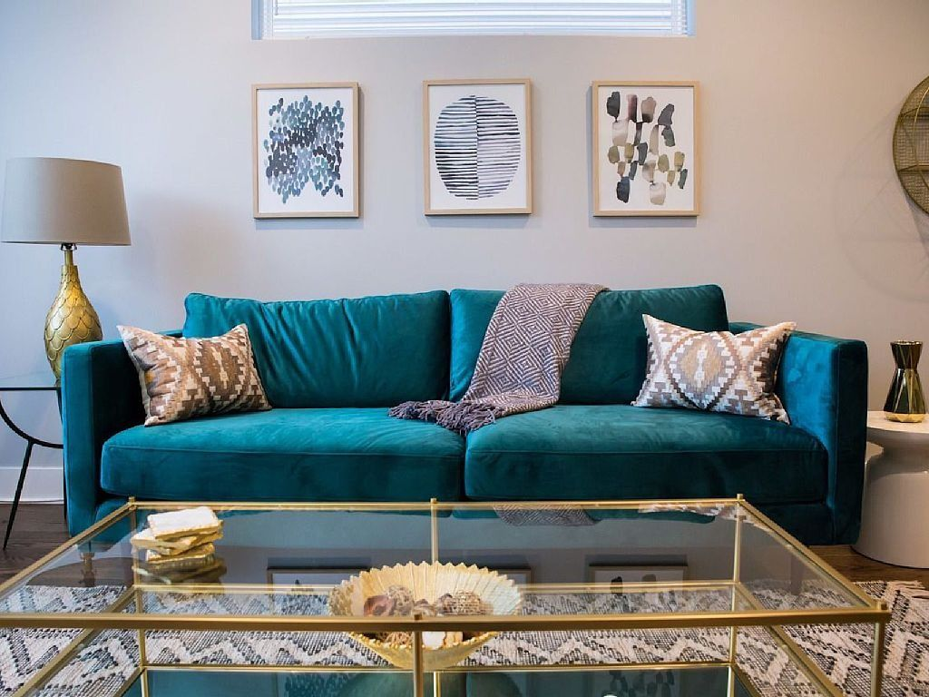 In Love With This Teal Couch Homeaway Chicago Vacation Rental Living Room Turquoise Teal Sofa Living Room Teal Living Rooms #teal #sofa #living #room