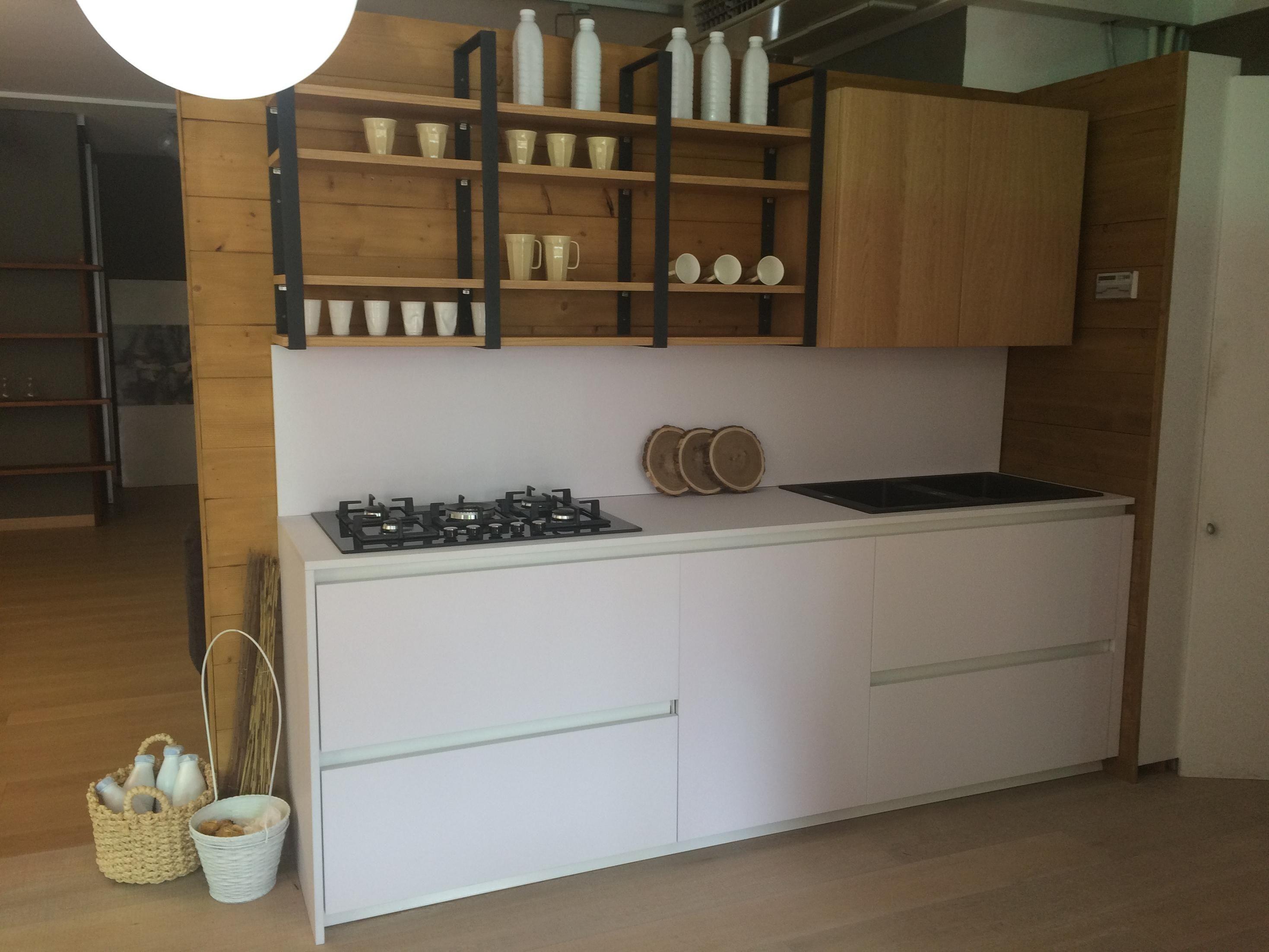 Cucina Lineare Con Colonne A Angolo Binova Mod Bluna Laminato Fenix Bianco Kos Cucine A Prezzi Scontati Cucine Mensole Cucina Angolo Cottura