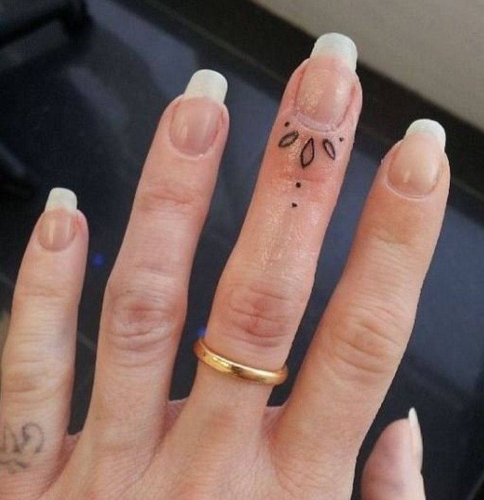50 delicate and tiny finger tattoos to inspire your first for Tattoo dots on fingers meaning