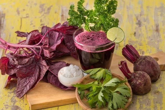Esta receta de jugo de pera, remolacha y espinacas, es un zumo natural lleno de beneficios y propiedades y muy fácil de hacer en casa,los jugos de fruta