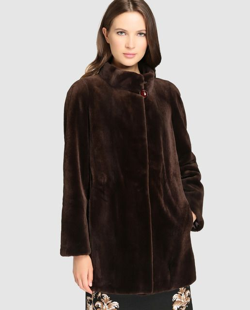 2ef604d667e Abrigo de mujer De la Roca realizado en visón en color marrón oscuro ...
