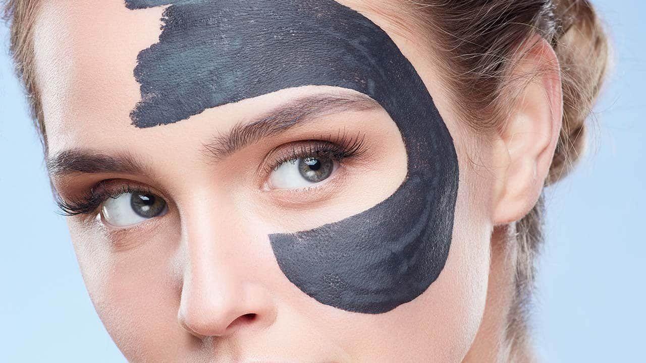يشيع حاليا استخدام ماسك قناع الفحم للحصول على بشرة نضرة ولهذا الماسك فوائد جمالية لا تعد ولا تحصى أبرزها تنظيم الإفراز Beauty Solution Shiny Skin Skin Care