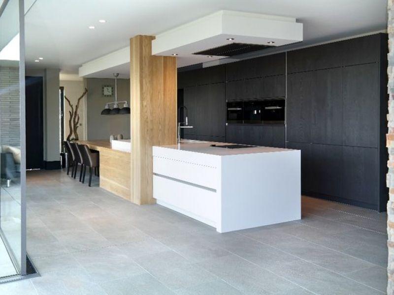 Keuken Interieur Scandinavisch : Binnenkijken in interieur keuken met kookeiland en tafel in