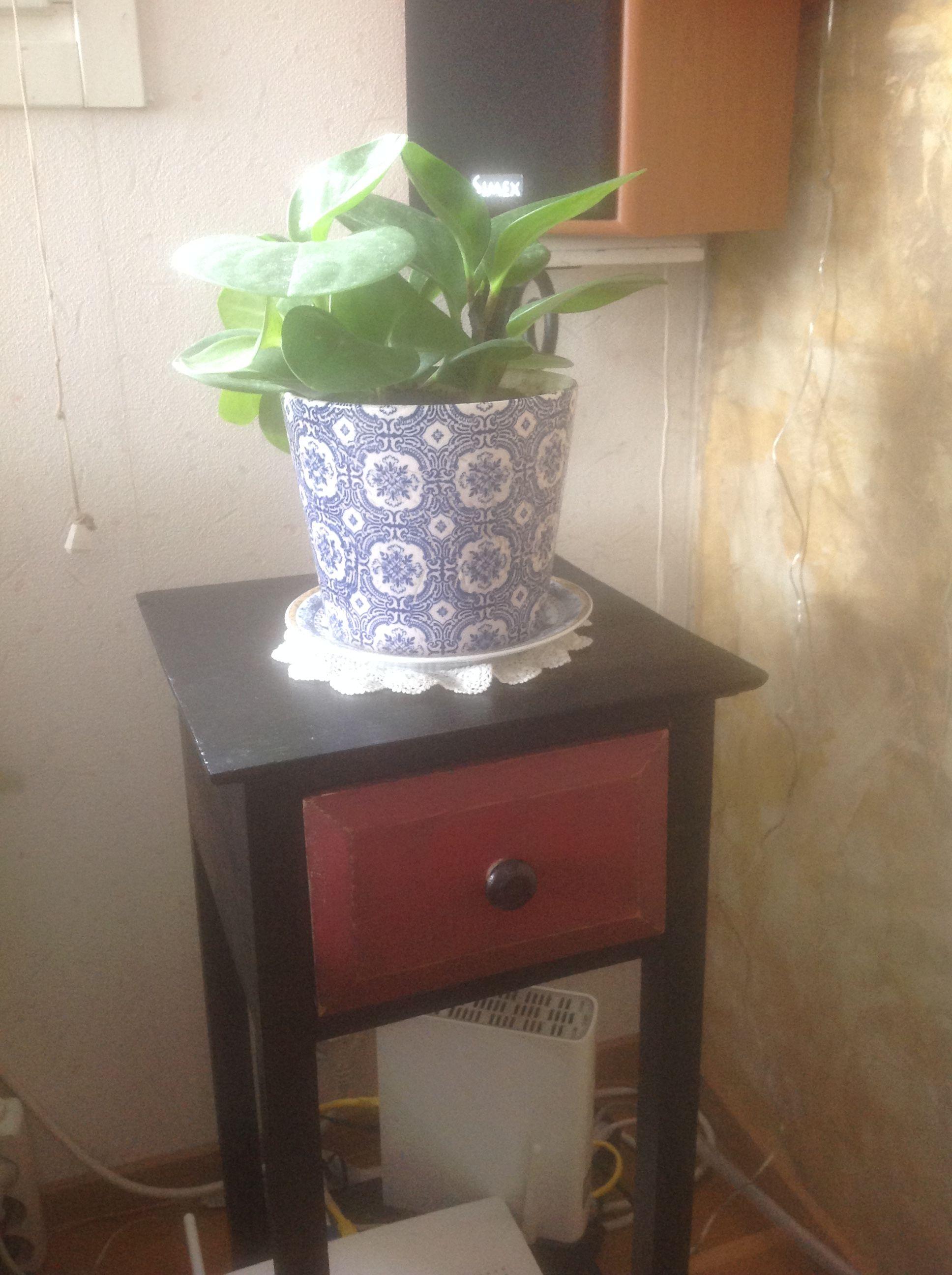 Vanha pöytä löytyi vanhojen tavaroiden kaupasta. Ruskeat osat vedin mustalla petsillä.