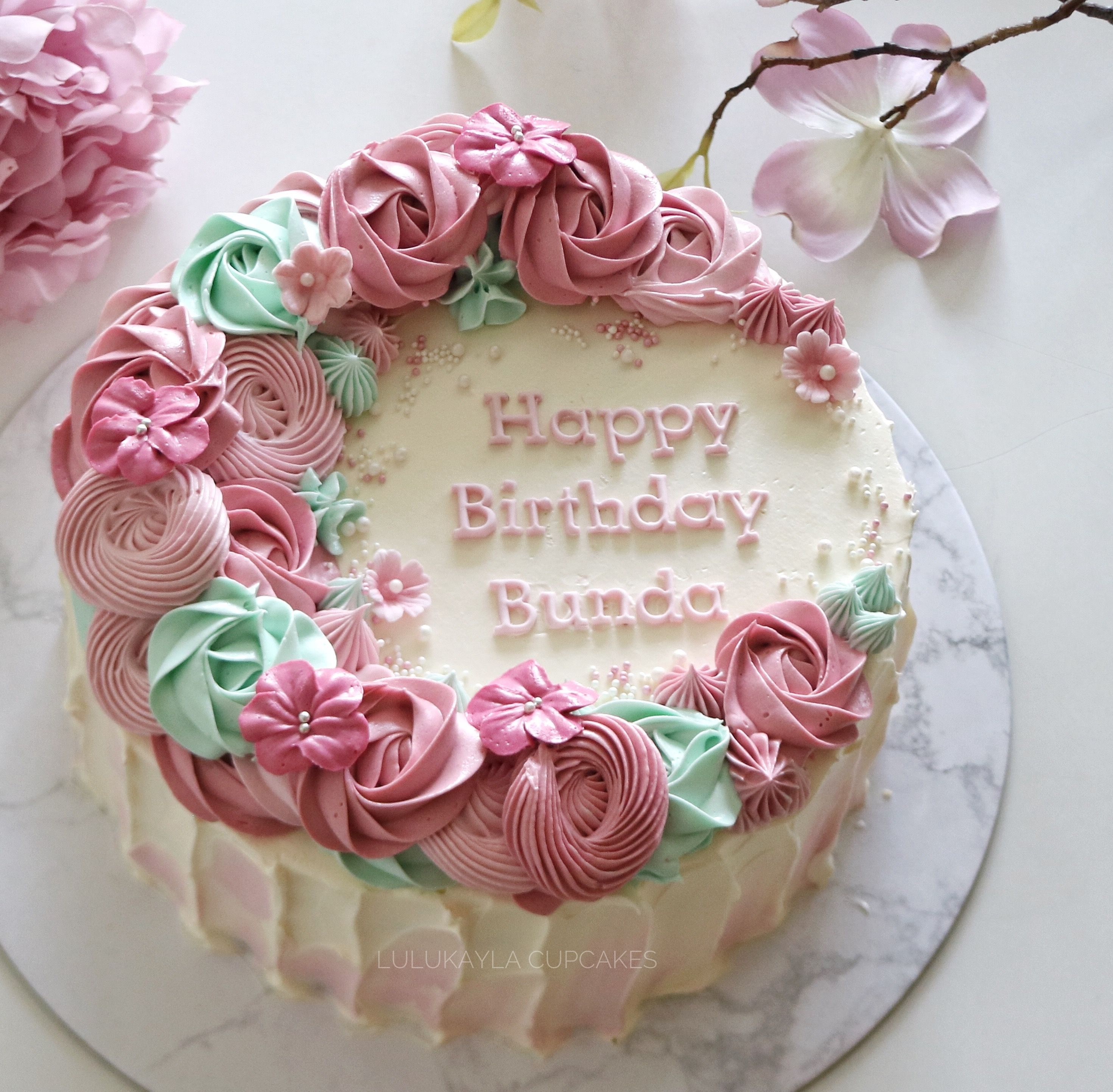 Rustic Buttercream Cake With Soft Pink And Cream Rose Flowers Elegant Birthday Cakes Small Birthday Cakes Birthday Cake With Flowers