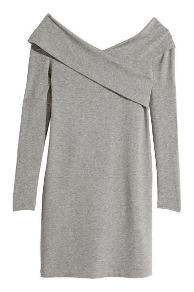 Schulterfreies Kleid  Kurzes figurbetontes Off-Shoulder-Kleid aus Jersey.  Angedeuteter V-Ausschnitt mit umgeschlagenem, überlappendem Rand. d0432187f6