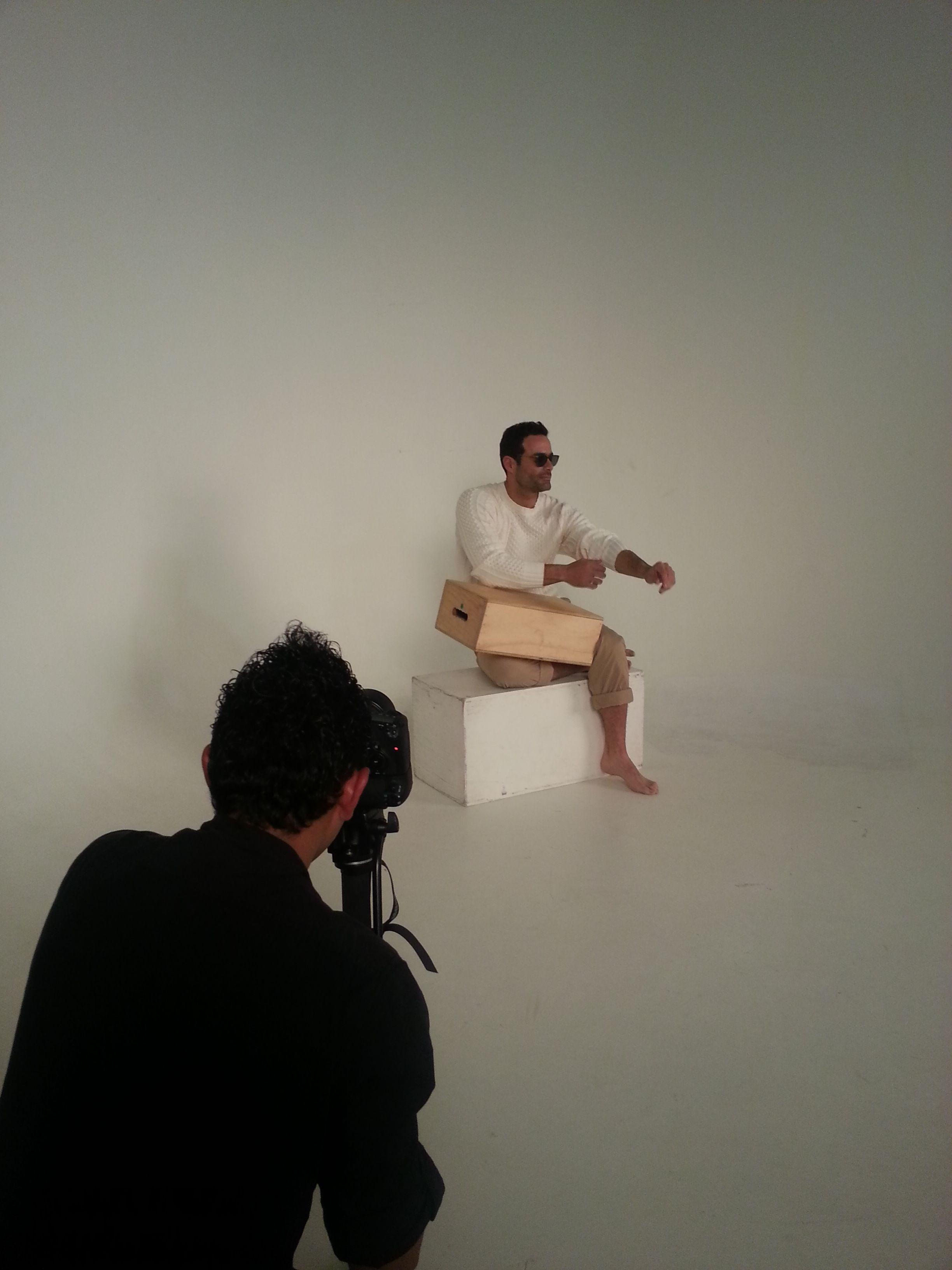 Hasta descanso vimos a Luis Roberto Guzmán durante las fotos, nos encantó con cuanta naturalidad se desenvolvió en las fotos. #InStyleBackstage #InStyleMan #InStyleAgosto #2014