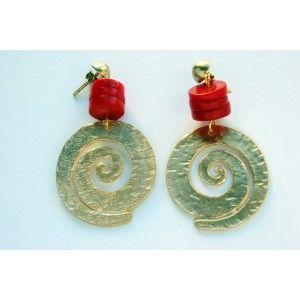 pendientes en coral rojo y espiral dorada mate. 22.90 euros.