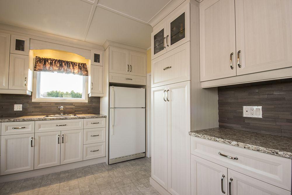 Cuisine champ tre classique compos e d armoires de cuisine en polyester couleur cr me for Cuisine blanche classique