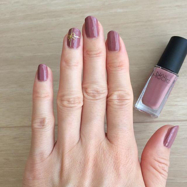 ひさびさネイル シンプルな一色塗りに、左手薬指だけプレゼント風に\u2026
