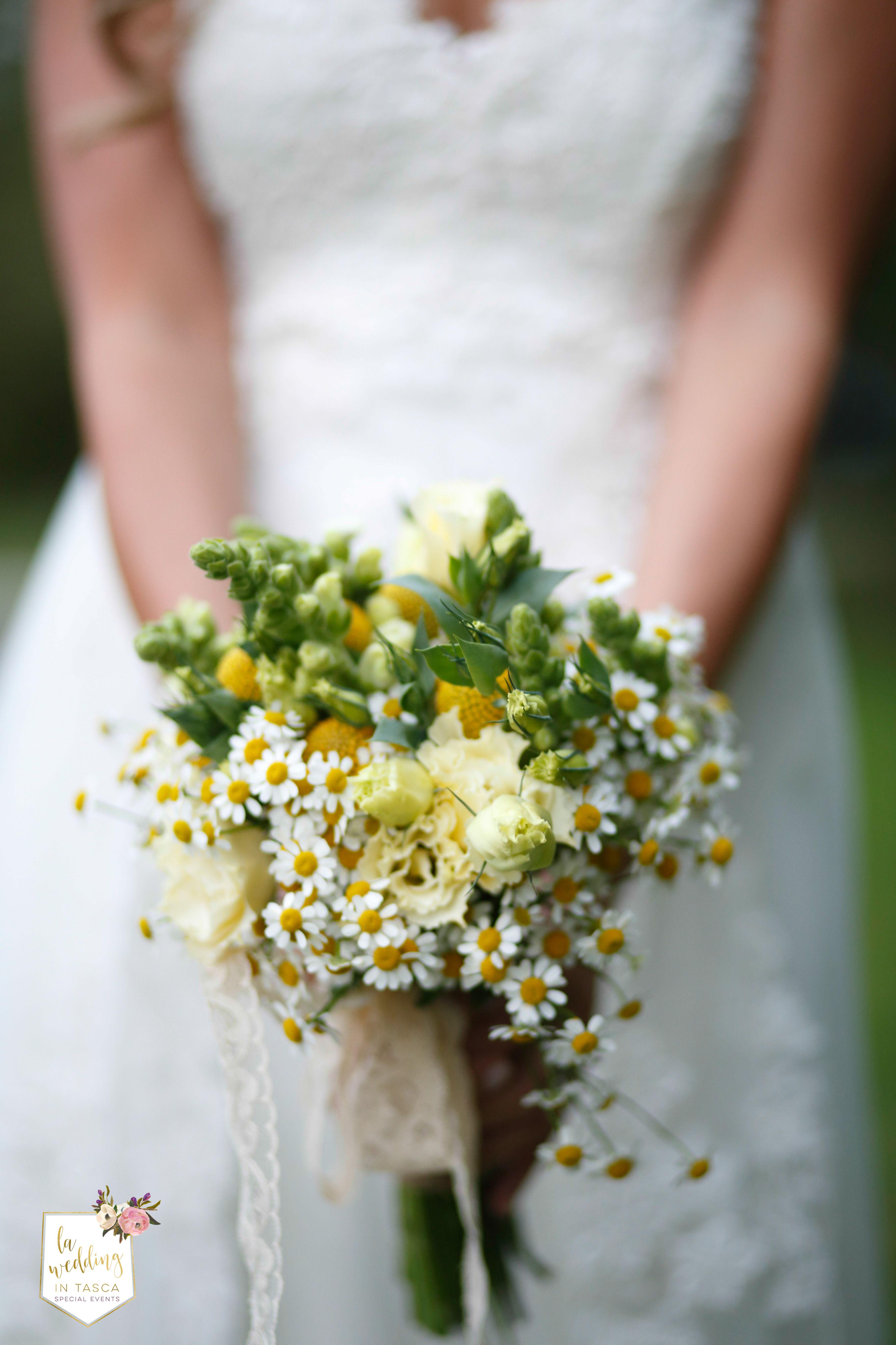 Il #bouquet di Alice realizzato da @anaphalis era semplicemente splendido....  Fotografato magistralmente da @vanitywedding Ti piace? Lo avresti voluto diverso? wedding #countrychicbouquet made with #chamomile