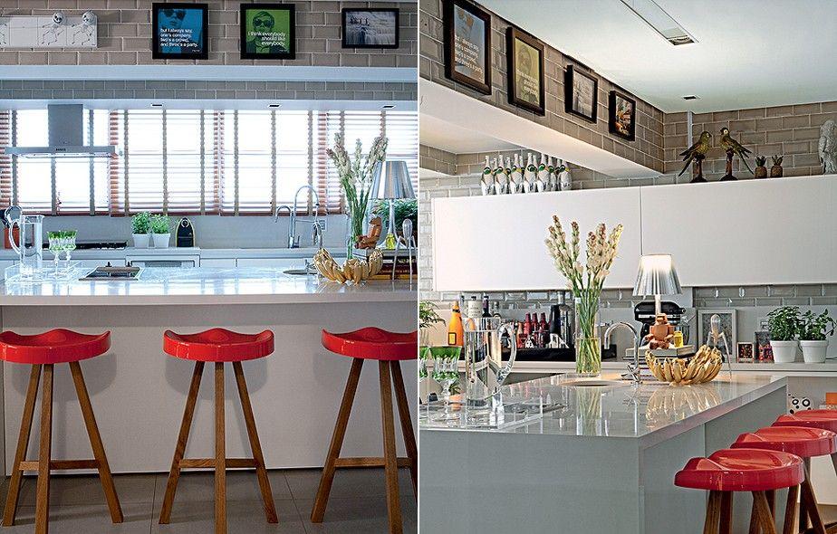 Se faltam paredes na sua cozinha, considere os cantos superiores para obras menores. No projeto do arquiteto Nelson Kabarite, a viga aparente foi revestida de azulejos e ganhou quadrinhos divertidos