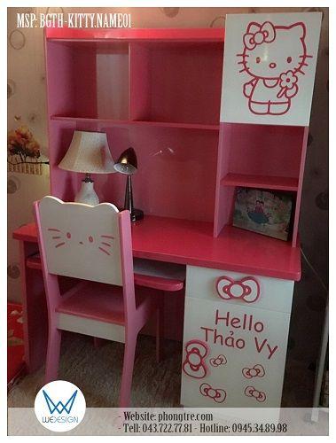 Kiểu bàn ghế học sinh: Bàn ghế học sinh tiểu học Chủ đề trang trí: Hello Kitty và tên bé Chi tiết tạo hình: + Mèo Hello Kitty cầm hoa trên cánh tủ giá sách + Tên bé và nơ của Mèo Kitty + Tay nắm giá sách hình nơ Mèo Kitty Bộ bàn ghế gồm có: + Bàn học sinh tiểu học liền giá sách + Ghế học sinh tiểu học có tựa lưng hình Mèo Kitty Kích thước: + Kích thước bàn học tổng thể: 120cm (rộng) x 166cm (cao) x 50cm(sâu) + Chiều cao bàn học: 73cm + Kích thước ghế: 34cm (rộng) x 37cm(cao) x 36cm(sâu)