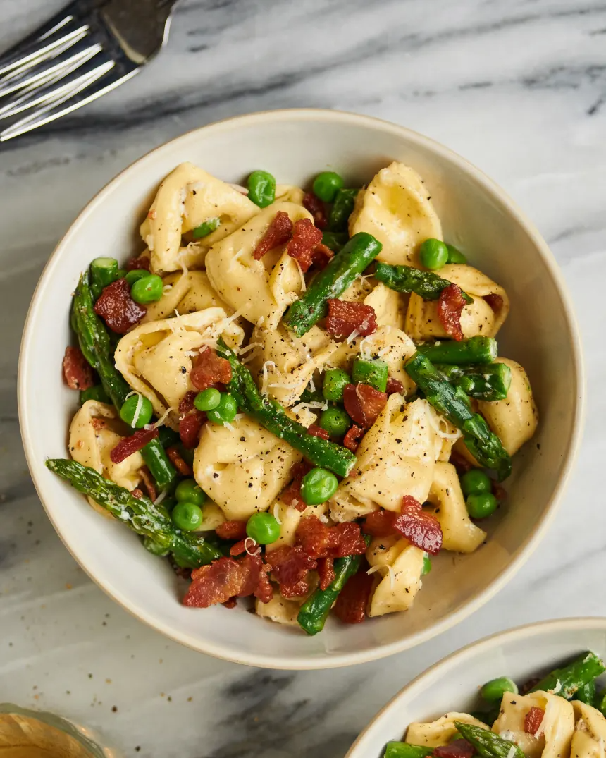 This One Skillet Tortellini Dinner Is A Must Make For Spring Recipe Tortellini Peas And Bacon Recipe Tortellini Recipes