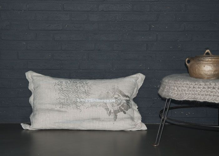 Cushion of linen with silk-screen print