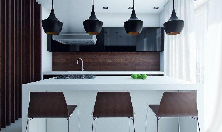 weiße Kochinsel, schwarze Oberschränke und Rückwand in Holzoptik