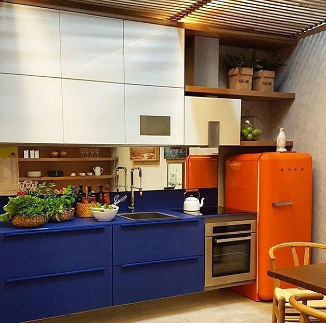 Cores fortes em alguns detalhes dão um charme especial nesta cozinha