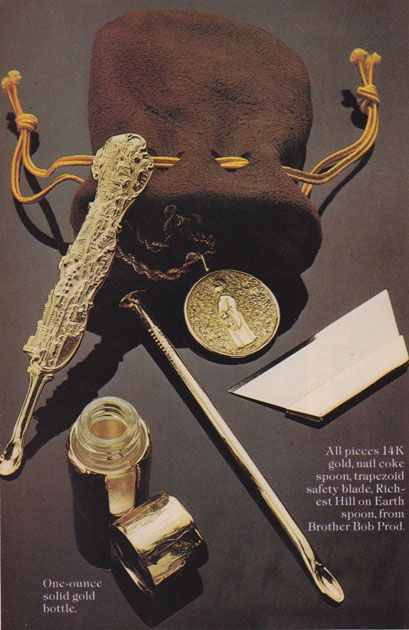 Shameless 70s Cocaine Ads: golden accessories, a real Must