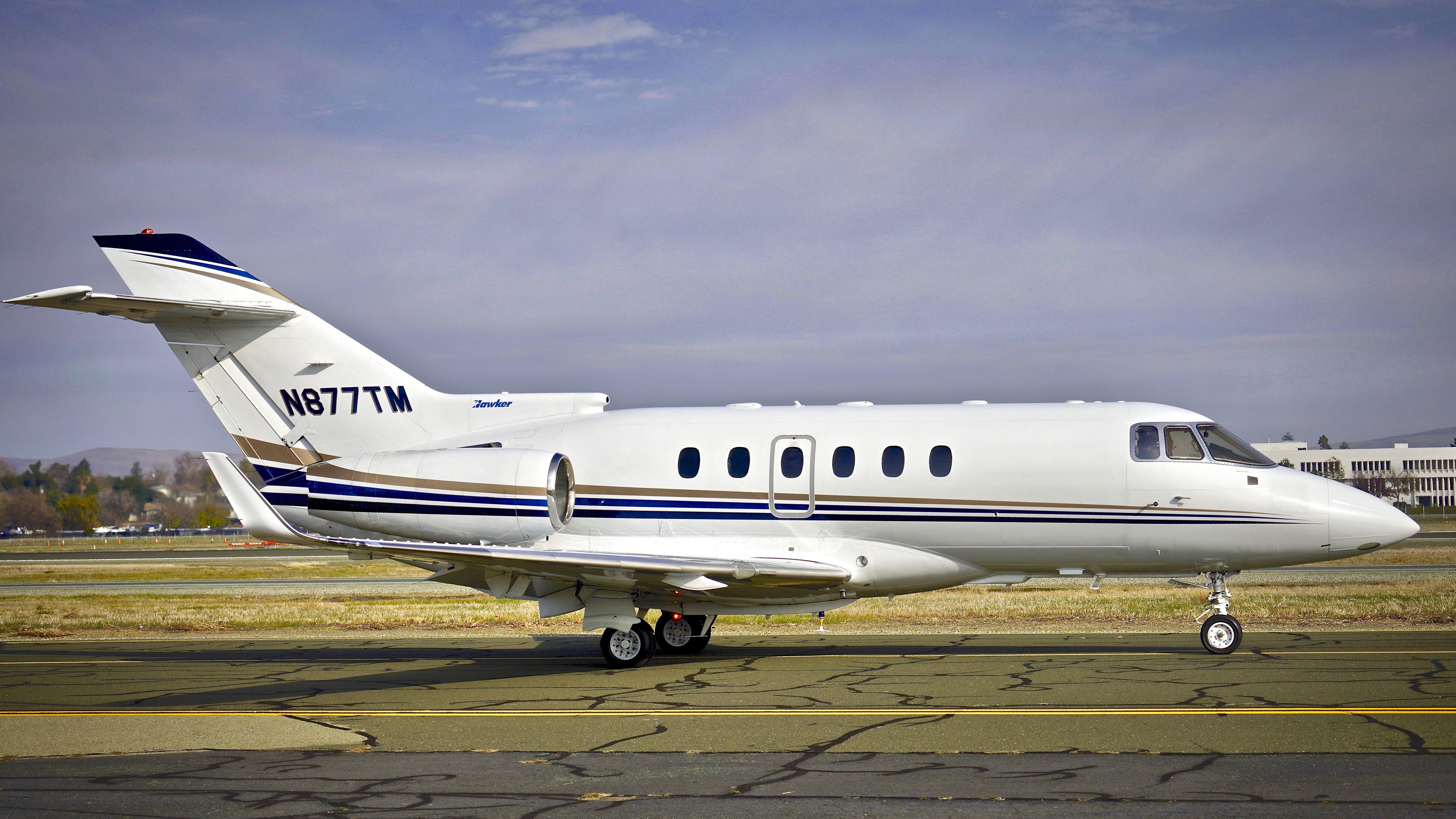 2001 Raytheon Hawker 800XP N877TM c/n 258542 taxiing at