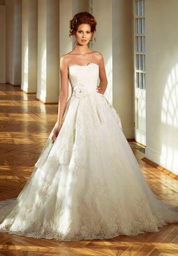 Elfenbeinfarbenes Hochzeitskleid aus Spitze im eleganten Old ...
